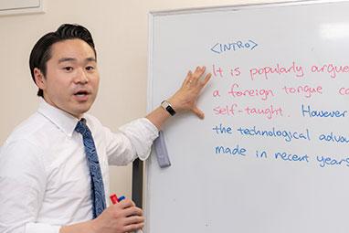 生徒と会話する講師